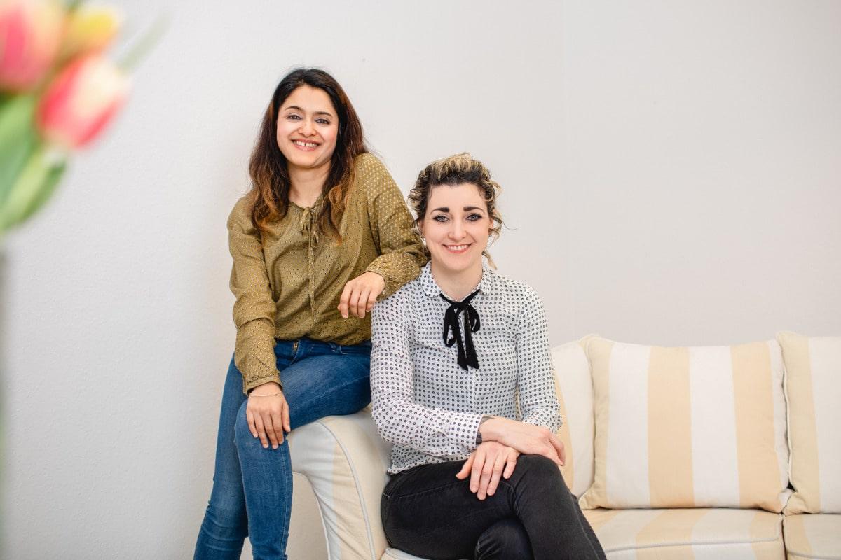Die Kinder- und Jugendlichenpsychotherapeutinnen und Diplom Pädagoginnen Bernadette Schmidt und Maria Kadambat.